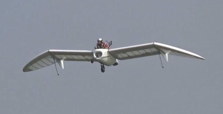 Watch The Astonishing Flight of This Tiny Glider Jet