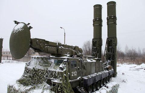 Winter, Freezing, Snow, Combat vehicle, Military vehicle, Self-propelled artillery, Tank, Machine, Cylinder, Precipitation,