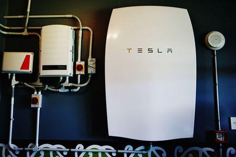 """<p> Technisch gesehen ist <a href=""""https://www.tesla.com/powerwall"""" target=""""_blank"""" data-tracking-id=""""recirc-text-link""""> Powerwall </a> (oder anders ähnlich großen Akku) ist keine erneuerbare Energie, aber es funktioniert gut mit jedem zu Hause erneuerbaren Generator und kann sogar Geld sparen, ohne andere erneuerbare System. </ p> <p> <br> </ p> <p> Die Powerwall ist eine große wiederaufladbare Batterie, die mehrere Kilowattstunden Strom speichern kann. Es kann programmiert werden, sich bei niedrigen Strompreisen vom Netz zu laden und bei hohen Preisen zu entladen, um in Spitzenzeiten Geld zu sparen. </ p> <p> <br> </ p> <p> Die Powerwall wird jedoch am besten in Kombination mit einer erneuerbaren Energiequelle wie Sonnen- oder Windenergie genutzt. Die Powerwall kann überschüssigen Strom, den Sie nicht sofort verbrauchen, speichern, so dass Sie immer erneuerbare Sonnen- oder Windenergie nutzen können, auch wenn die Sonne untergeht oder der Wind nicht weht. </ p> <p> <br> </ p> <p> Die Powerwall kann Schwankungen in Ihrer erneuerbaren Energieerzeugung ausgleichen und einen der Hauptnachteile der erneuerbaren Energien beseitigen. Außerdem können Sie dank der bevorstehenden Gesetzgebung eine Steuergutschrift erhalten, wenn Sie Ihre Powerwall an das Stromnetz anschließen. </ P> </ p> Beseitigung eines der Hauptnachteile der erneuerbaren Energien. Außerdem können Sie dank der bevorstehenden Gesetzgebung eine Steuergutschrift erhalten, wenn Sie Ihre Powerwall an das Stromnetz anschließen. </ P> </ p> Beseitigung eines der Hauptnachteile der erneuerbaren Energien. Außerdem können Sie dank der bevorstehenden Gesetzgebung eine Steuergutschrift erhalten, wenn Sie Ihre Powerwall an das Stromnetz anschließen. </ P> </ p>"""