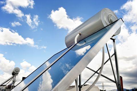 """<p> A energia solar não precisa apenas gerar eletricidade. Você também pode usar o <a href=""""http://energy.gov/energysaver/solar-water-heaters"""" target=""""_blank"""" data-tracking-id=""""recirc-text-link""""> poder do sol para aqueça sua casa </a>. </ p> <p> <br> </ p> <p> Aquecedores solares de água usam o sol para aquecer uma reserva de água, que pode então ser bombeada através de seus radiadores ou fora suas torneiras ou chuveiros. Este sistema é muito mais barato do que usar gás ou eletricidade para aquecer a água e é mais fácil de instalar do que os painéis solares. Se você não estiver disposto a comprometer-se completamente com a energia de toda a sua casa com energia renovável, o aquecimento solar de água pode ser uma boa alternativa. </ P> <p> <br> </ p> <p>"""