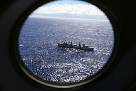 Watercraft, Horizon, Boat, Ocean, Naval architecture, Sea, Ship, Porthole, Naval ship, Water transportation,