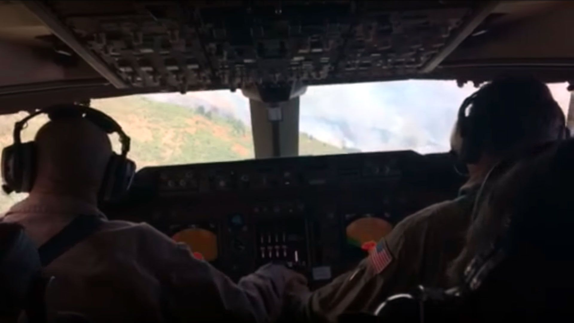 Watching a Wilfire Waterbombing From the Cockpit Is Super