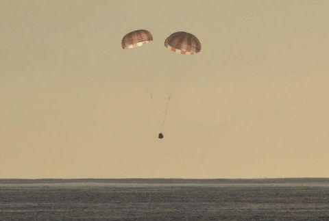 Parachute, Parachuting, Parasailing, Sky, Paratrooper, Air sports, Paragliding, Horizon, Kite sports, Cloud,