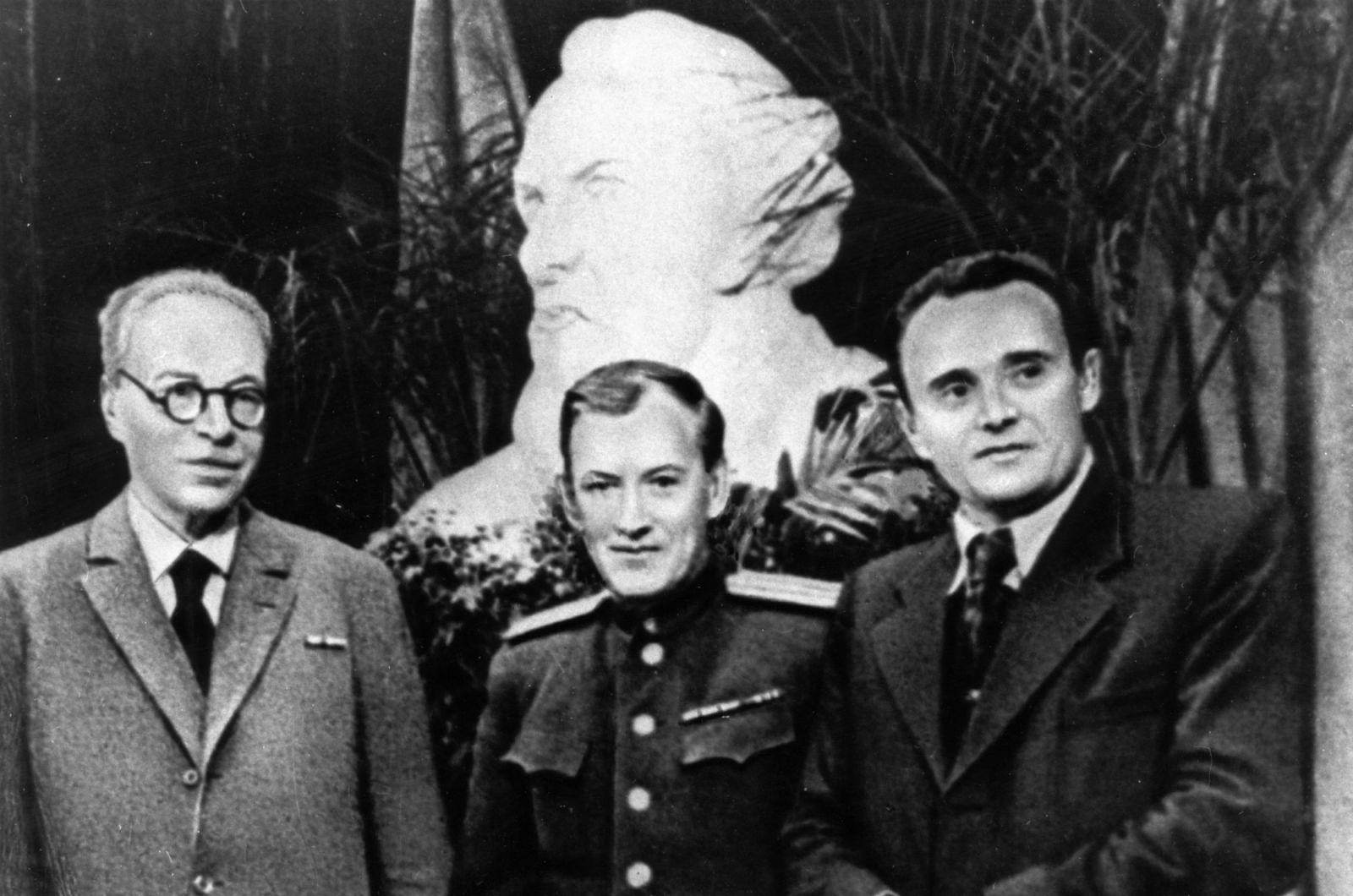 Mikhail Tikhonravov (no centro) e Sergei Korolev (à direita) durante a comemoração dos 90 anos de Konstantin Tsiolkovsky, 1947. O Sputnik seria lançado quase exatamente 10 anos após a foto ser tirada.