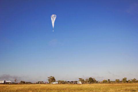 Sky, Cloud, Atmosphere, Grassland, Parachute, Horizon, Plain, Kite sports, Paragliding, Wind,