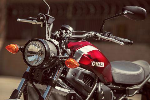 Land vehicle, Vehicle, Motorcycle, Motor vehicle, Headlamp, Automotive lighting, Cruiser, Motorcycle accessories, Fuel tank, Light,