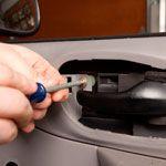 Dedo, clavo, puerta del vehículo, exterior del automóvil, pulgar, máquina, puerta, parachoques, equipo de oficina, pintura,