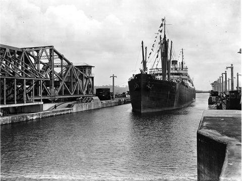 Waterway, Watercraft, Truss bridge, Channel, Boat, Port, Machine, Cantilever bridge, Bridge, Ship,