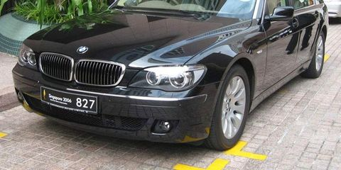 Tire, Vehicle, Vehicle registration plate, Land vehicle, Hood, Car, Automotive exterior, Rim, Automotive tire, Alloy wheel,