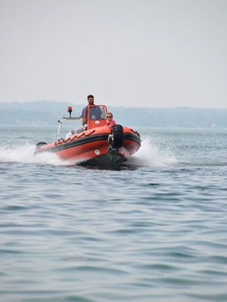 Watercraft, Recreation, Boat, Speedboat, Lifejacket, Lifejacket, Outdoor recreation, Personal protective equipment, Liquid, Boating,