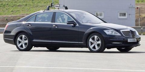 Tire, Wheel, Vehicle, Land vehicle, Rim, Spoke, Car, Alloy wheel, Automotive parking light, Full-size car,