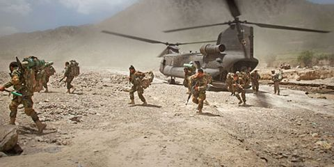 war thunder photos chad hunt photography these men are running off of the chinok helicopter on day one of the mission