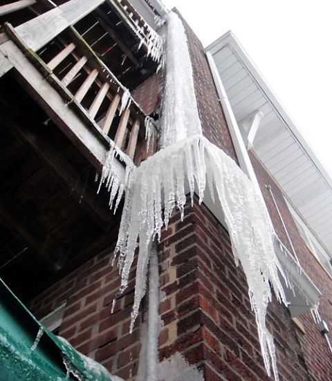 Icicle, Ice, Winter, Freezing, Roof, Snow, Material property, Brick, Brickwork, Symmetry,