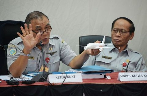 Chairman of National Transportation Safety Commission Tatang Kurniadi briefs journalist about AirAsia flight QZ8501 during a press conference in Jakarta on January 29, 2015.