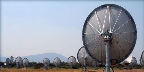 Infrastructure, Technology, Antenna, Telecommunications engineering, Landmark, Soil, Radar, Radio telescope, Iron, Curb,