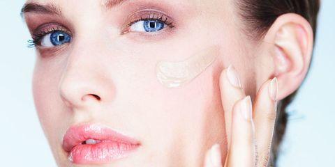Woman applying foundation, best foundation, foundation makeup