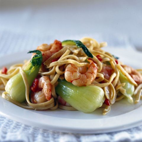 Noodles with prawns and green vegetables