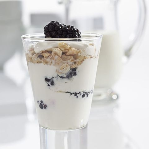 Yoghurt with blackberries and oats