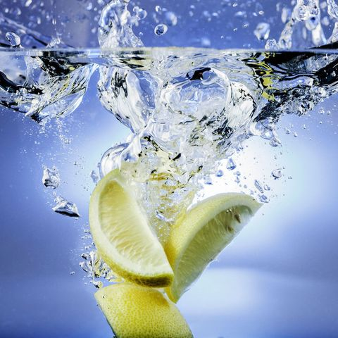 Water with lemon wedges