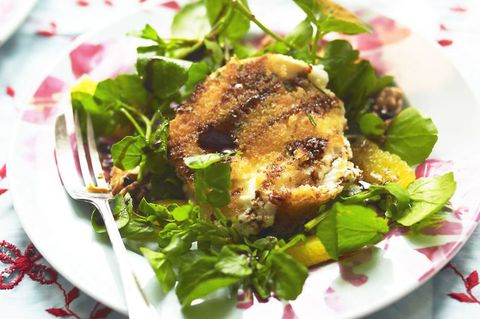 Goats' cheese salad with walnuts and orange