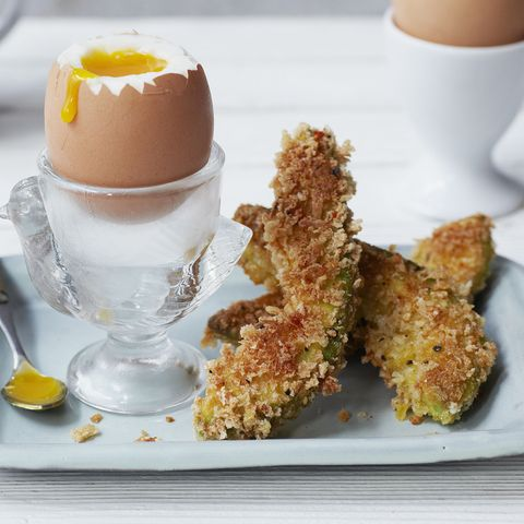 Boiled eggs and crispy avocado 'chips'