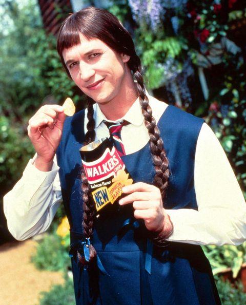 Gary Lineker eating crisps