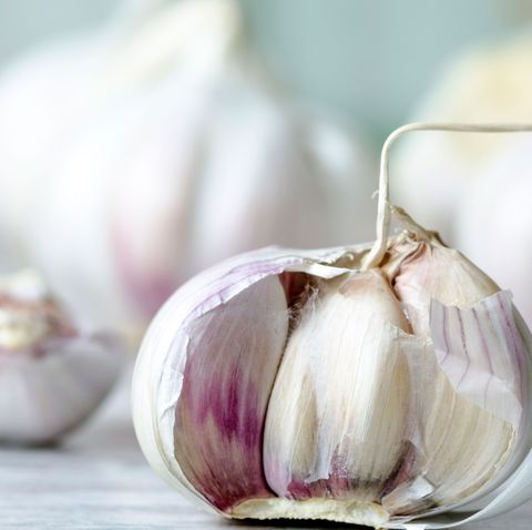 This video of a garlic peeling hack is going viral