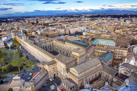 <p>This 3-in-1 'Skip The Line' tour takes in Rome's most famous sites in one day.</p>