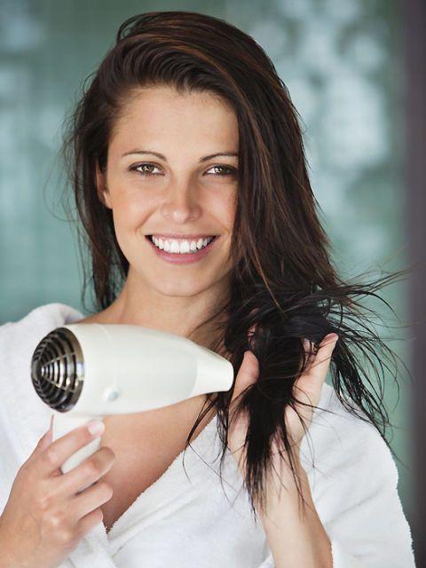 Devojka fenira kosu