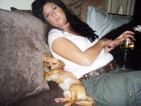 Human, Comfort, Dog breed, Drink, Dog, Carnivore, Sitting, Barware, Alcoholic beverage, Black hair,