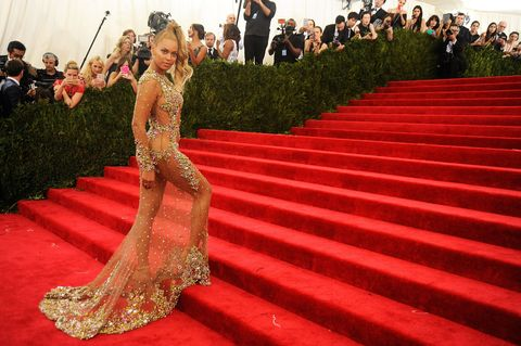 Stairs, Flooring, Red, Carpet, Public event, Premiere, Red carpet, Abdomen, Gown, Audience,