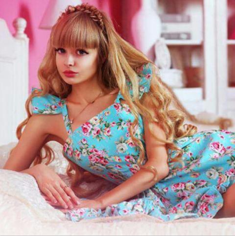Sitting, Pink, Comfort, Beauty, Bangs, Eyelash, Fashion, Long hair, Street fashion, Model,