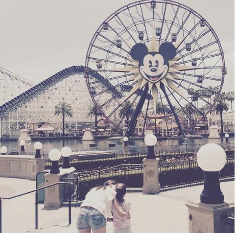 Ferris wheel, Human body, Landmark, Amusement ride, Amusement park, Circle, Tourist attraction, Nonbuilding structure, Spoke, Fair,