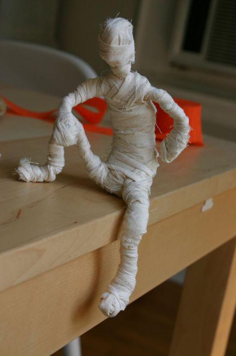 Sculpture, Statue, Shipping box, Carton, Fictional character, Box, Plastic,