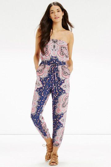 Clothing, Leg, Sleeve, Human body, Shoulder, Joint, Human leg, Waist, Style, Fashion model,