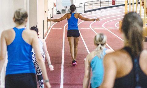 Human leg, Sleeveless shirt, Track and field athletics, Sportswear, Athletic shoe, Athlete, Knee, Thigh, Muscle, Back,