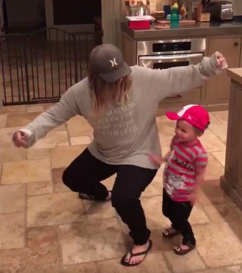 kelly clarkson daughter dancing