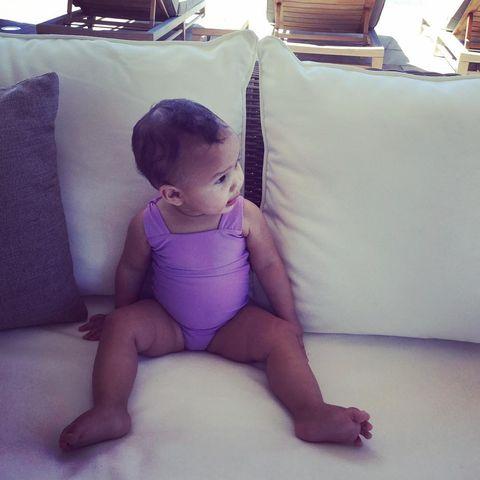 Human, Finger, Human body, Human leg, Comfort, Elbow, Baby & toddler clothing, Child, Sitting, Barefoot,