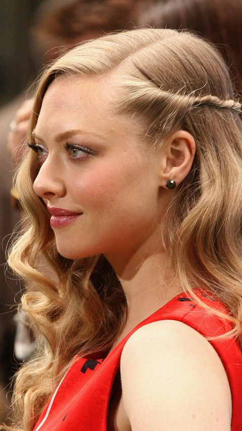 Amanda Seyfried with long wavy hair with side twist