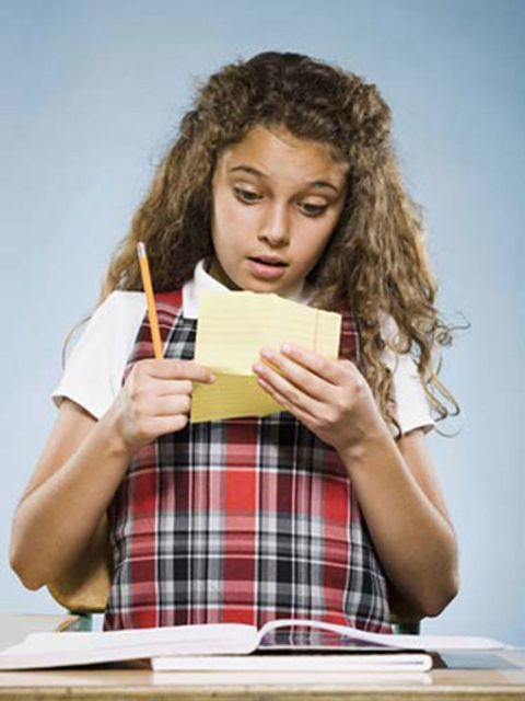girl reading note
