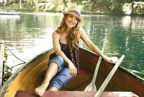 elsa pataky wearing boyfriend jeans in a boat