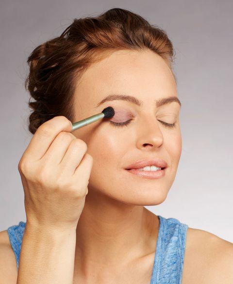 Lip, Finger, Brown, Hairstyle, Skin, Eyelash, Eyebrow, Style, Eye shadow, Beauty,