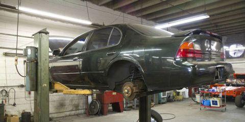 Automotive tire, Rim, Automotive wheel system, Automotive parking light, Alloy wheel, Workshop, Automobile repair shop, Machine, Personal luxury car, Automotive lighting,