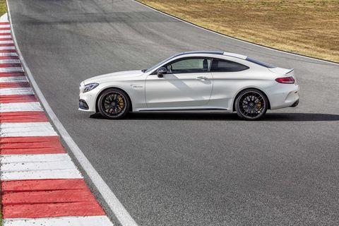 <p><em>Mercedes-Benz</em></p>