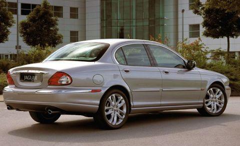 Tire, Wheel, Mode of transport, Window, Vehicle, Land vehicle, Vehicle registration plate, Alloy wheel, Car, Rim,