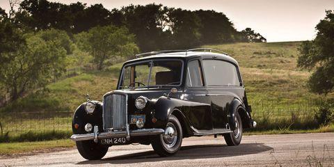 Tire, Motor vehicle, Wheel, Mode of transport, Automotive design, Transport, Vehicle, Automotive tire, Land vehicle, Classic car,