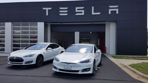 Watch a Tesla Model S P90D Run a Record-Breaking 10-Second 1/4 Mile