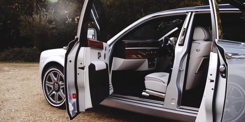 Motor vehicle, Automotive design, Vehicle, Vehicle door, Land vehicle, Automotive tire, Alloy wheel, Automotive exterior, Rim, Car,