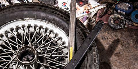 Automotive tire, Rim, Automotive wheel system, Spoke, Fender, Tread, Synthetic rubber, Auto part, Machine, Tire care,