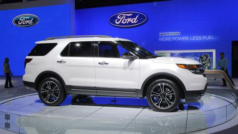 Tire, Wheel, Automotive design, Vehicle, Land vehicle, Automotive tire, Car, Rim, Automotive lighting, Spoke,